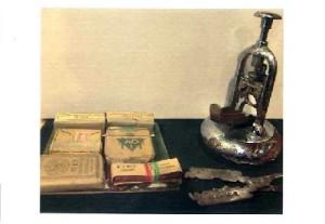 antica tagliasigari e pacchetto di sigarette